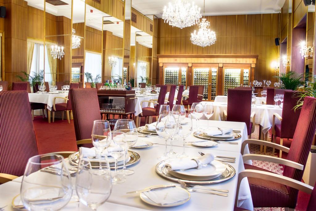 Obed v Bratislave trochu inak. Vyskúšajte business menu. Interiér Francúzskej reštaurácie v Hoteli Devín