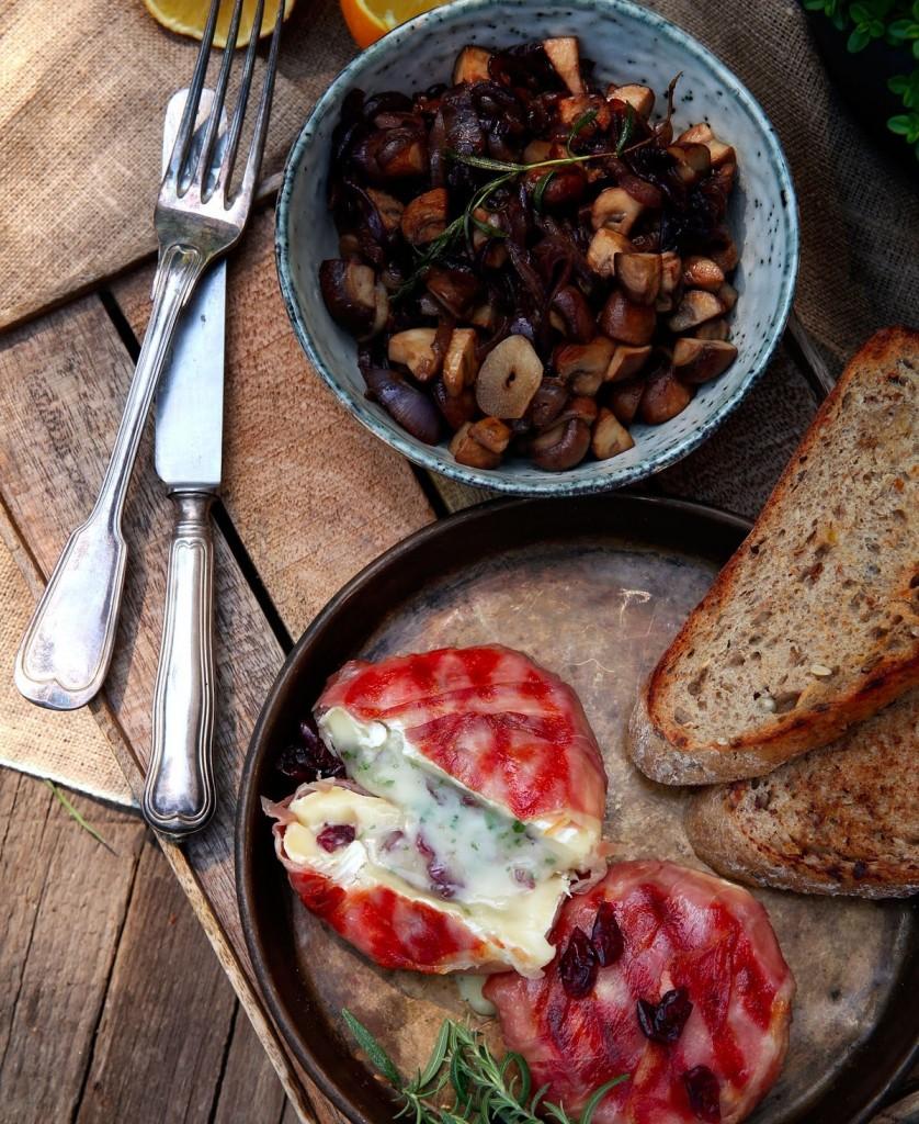 slovenské foodblogy #1: Tip na grilovačku pre gurmánov - grilovaný hermelín plnený sušenými brusnicami s cibuľovo-hubovým ragú