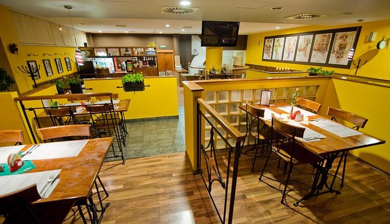 pizzeria giuliano: Pohľad na príjemný interiér ladený do žltej farby