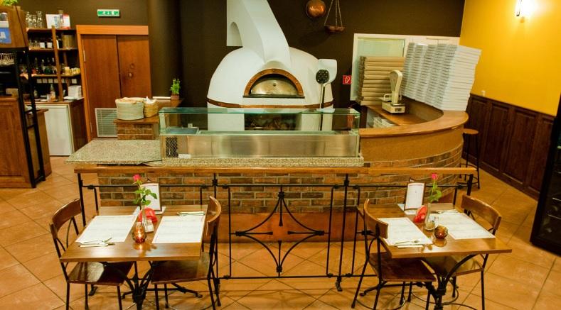pizzeria giuliano: Stavaná kameninová pec dodáva každej pizzi originálnu vôňu