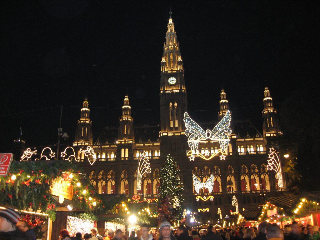 vianočné trhy: Krásne vysvietená radnica je symbolom vianočnej Viedne, foto: commons.wikimedia.org