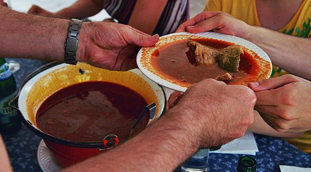 vianočné trhy: Typická rybacia polievka halászlé, foto: commons.wikimedia.org