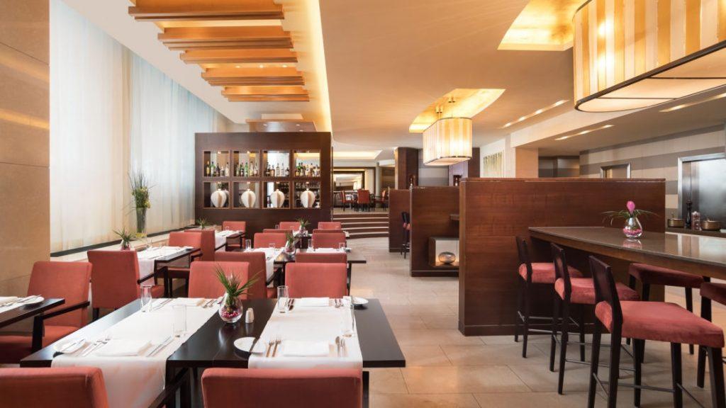 Tomáš Opletal: Hotelová reštaurácia Anjou, ktorá ponúka a la carte menu aj pre neubytovaných hostí, foto: sheratonhotelbratislava.com