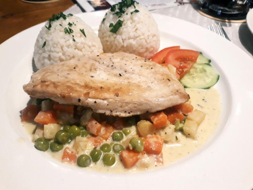 Slovenský dvor: Grilované kuracie prsia so zaprávanou zeleninou a ryžou, foto: autorka