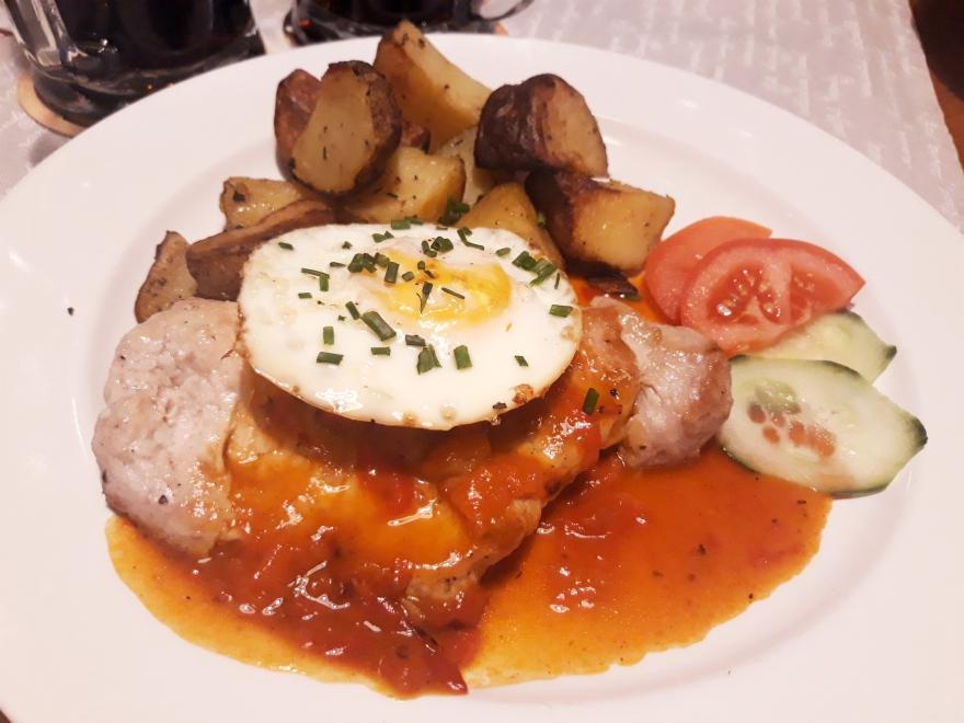 Slovenský dvor: Bravčová krkovička s ajvarom a volským okom, pečené zemiaky, foto: autorka