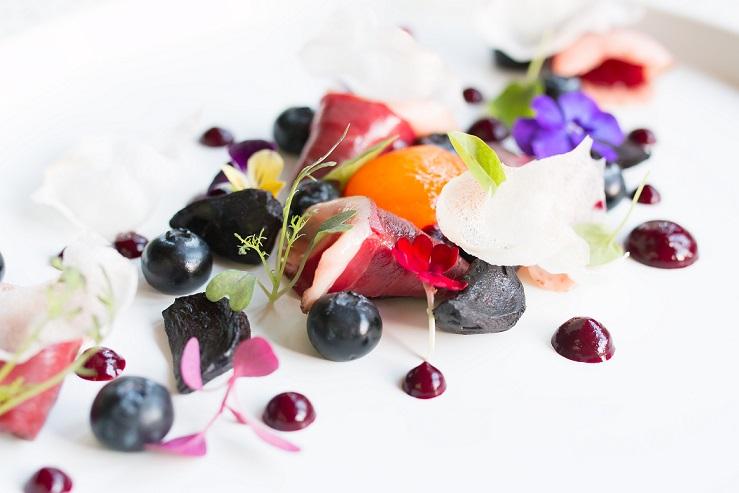 Michael Thiry: Sušená kačka s čiernym cesnakom, čučoriedky s fermentovanou sójou, marinované žĺtko a ryžový chips, foto: Tomáš Jakab