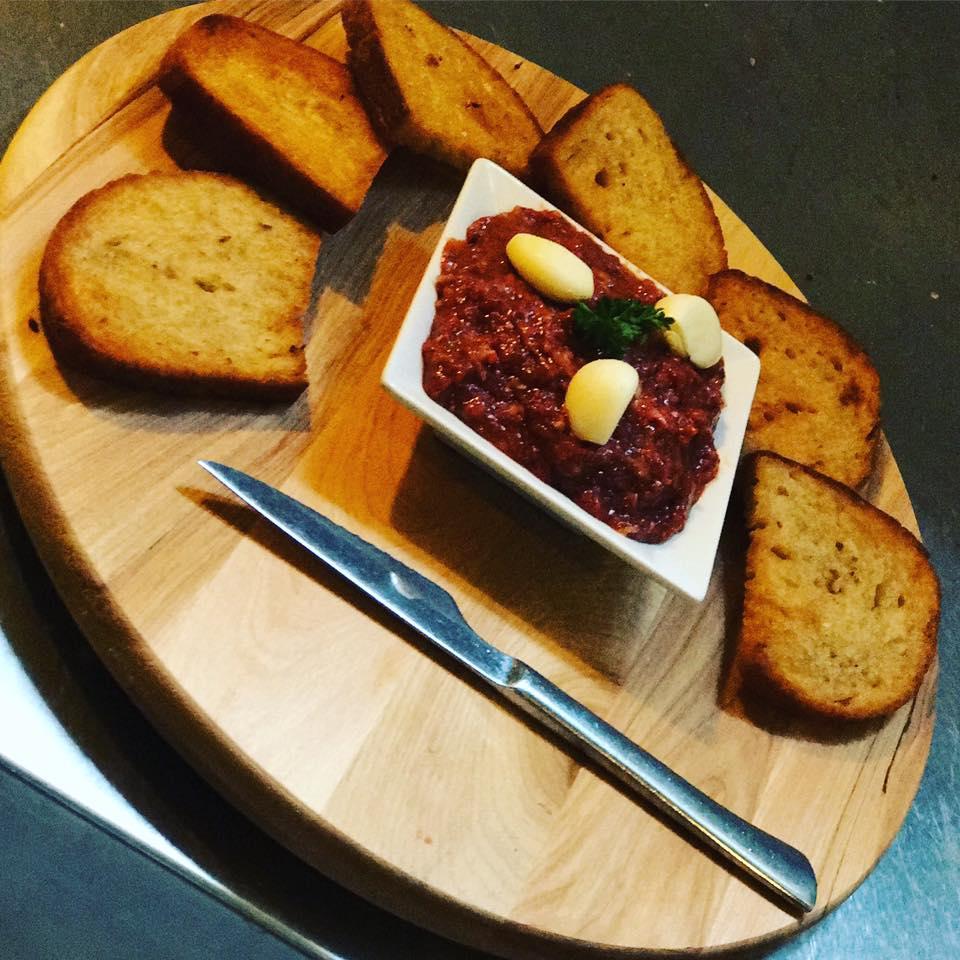 denné menu Žilina: Tatársky biftek s hrianko v Pube u Joža, foto: FB Pub u Joža