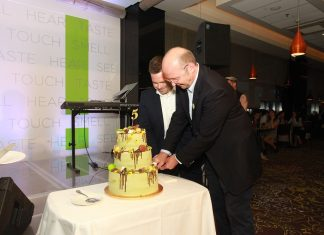 Andreas Knab, generálny riaditeľ HOTEL LINDNER GALLERY CENTRAL a Martin Šramko, CEO Immocap Group, krájajú narodeninovú tortu