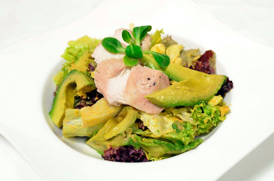 dubná skala****: Trhaný listový šalát s avokádom, kuracím mäsom a francúzskym dresingom, foto: FB hotela