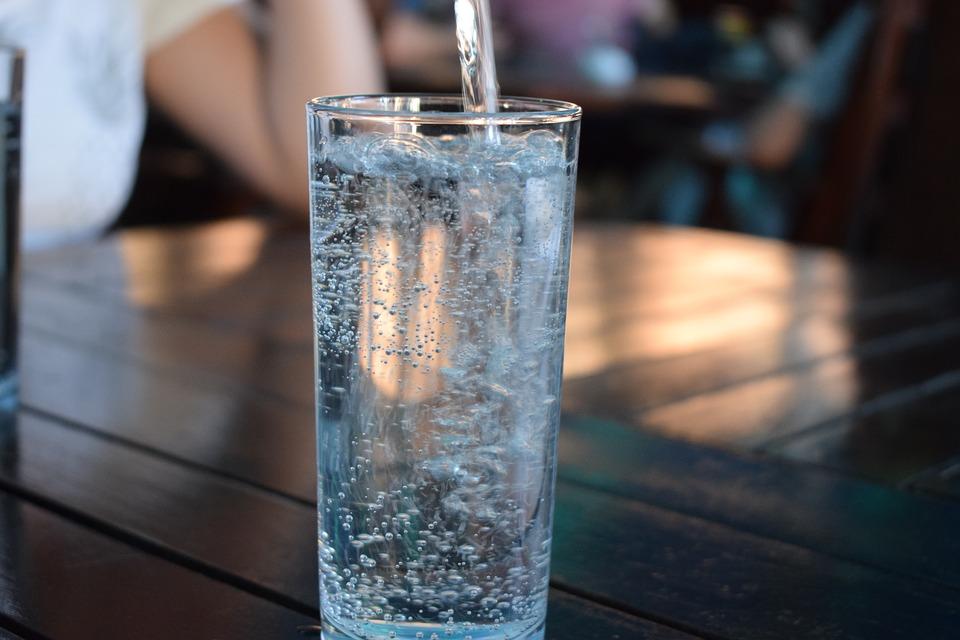 ekologické varenie: Voda z kohútika, filtrovaná voda, minerálka z prameňa. Možností je viacero