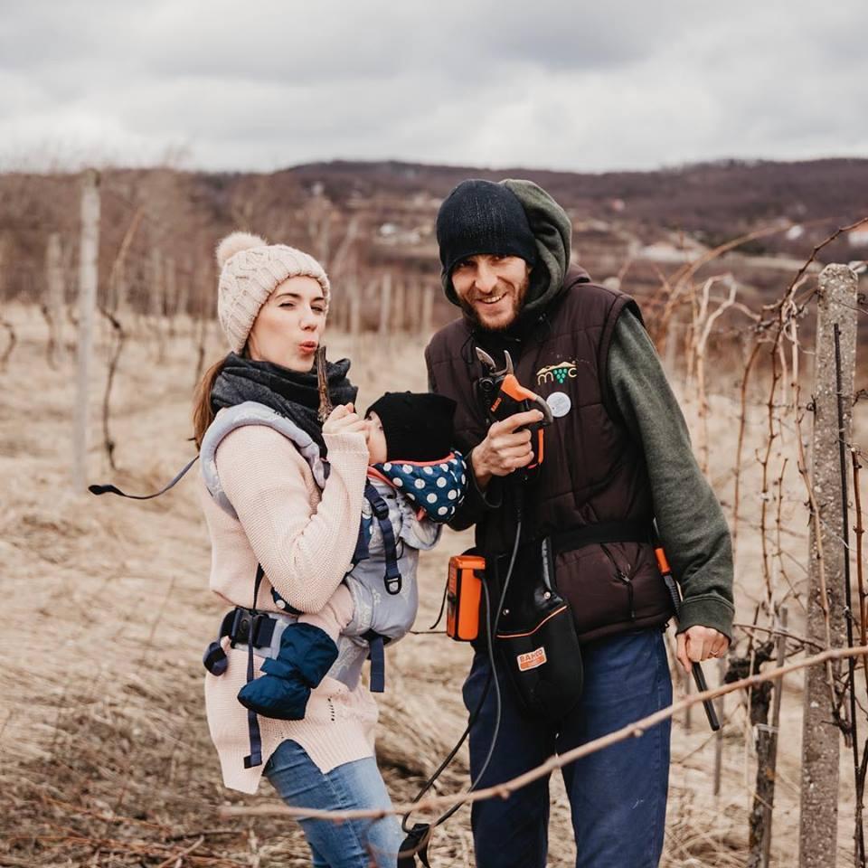 Ria Zelisková: Ria Zelisková s manželom a najmladšou Marínou tam, kde je doma - vo vinohraoch, foto: archív R. Z.