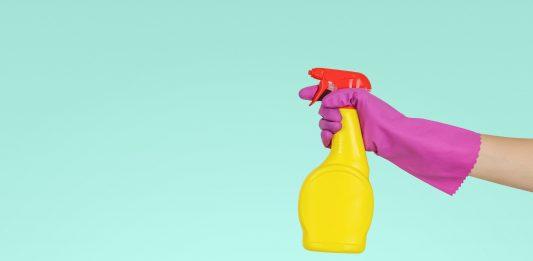 Ruka, ktorá drží čistiaci prostriedok