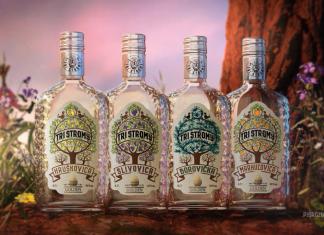 Štyri fľašky ovocného destilátu.