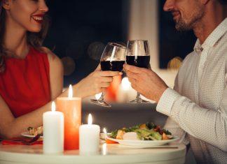 Pár na romantickej večeri